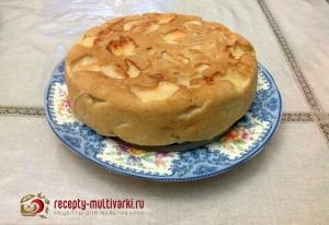 готовая шарлотка с яблоками в мультиварке