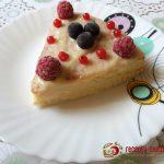 Бисквитное пирожное с малиной и смородиной