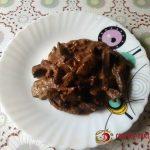 Печень, тушеная в сметане с помидорами и чесноком